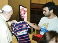El Papa Francisco recibió la camiseta del Don Bosco Rugby